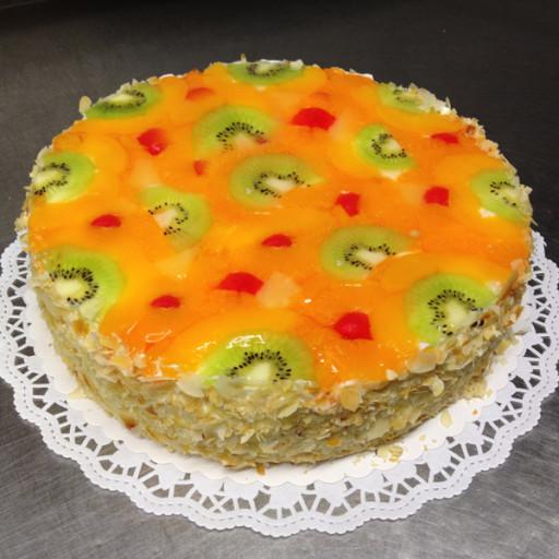 Joghurt-Sahne-Torte mit Fruchtspiegel